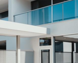 Stylischer Balkon heller Farbton