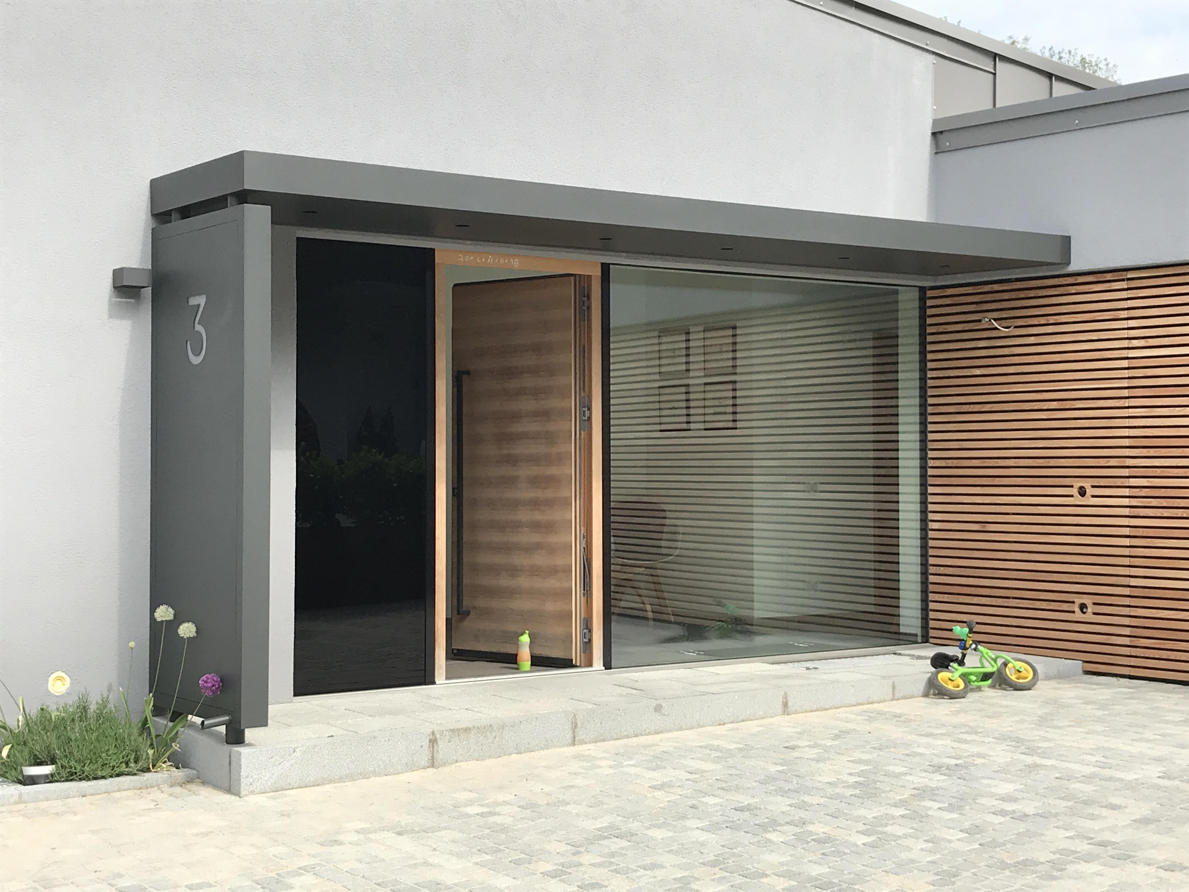 Modernes Einfamilienhaus mit herausstechendem Vordach