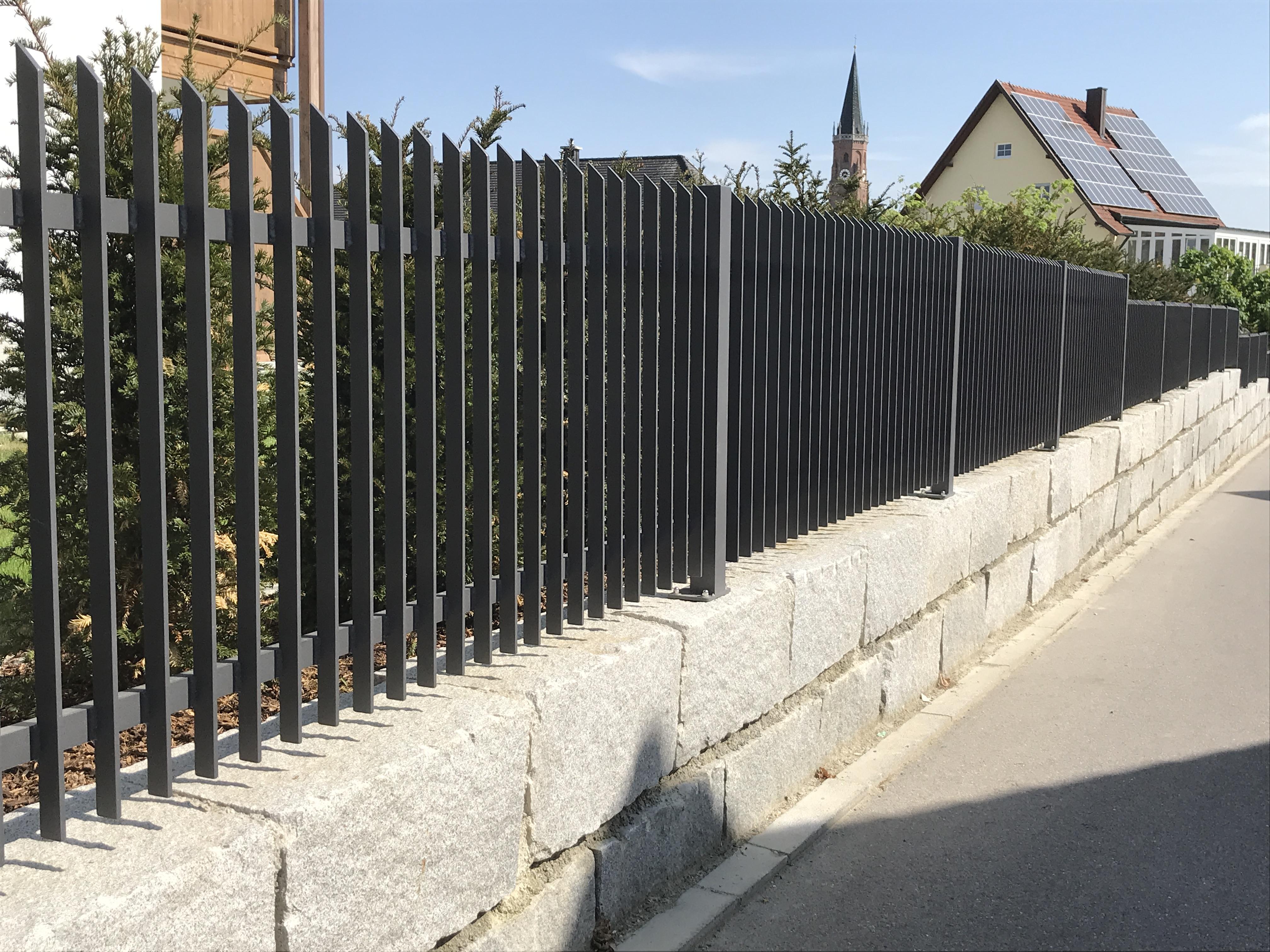 Moderner Zaun an einem sonnigen Tag